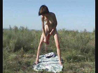 Al casting español x bebé le encanta retirarse en la naturaleza en la hierba.