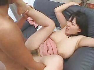 Porno mujeres de porno español x cabello castaño con ropa rosa en una cama de lujo