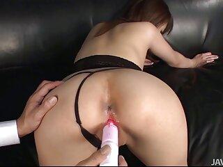 Sexo en la oficina videos x gratis español en un sofá de cuero